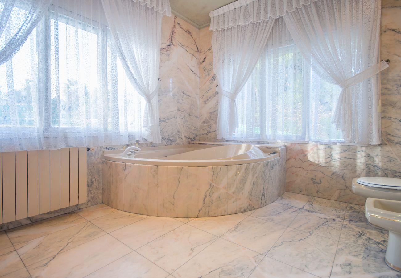 Villa en Calafell - R1 Gran casa 6 dormitorios  con piscina, tenis y jardin