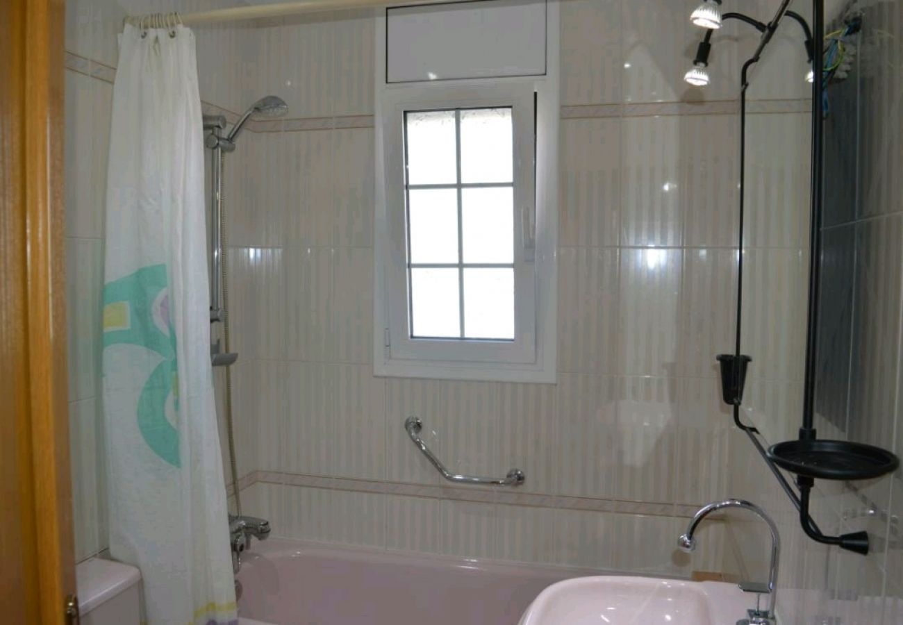 Casa adosada en Cunit - R116  Amplia casa con piscina privada a 10 min de la playa