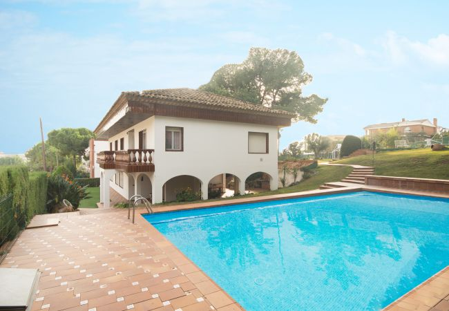 Villa/Dettached house in Calafell - R1 Great 7 bedroom house with pool, tennis and garden