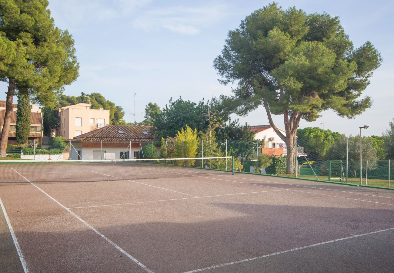 Villa in Calafell - R1 Great 7 bedroom house with pool, tennis and garden