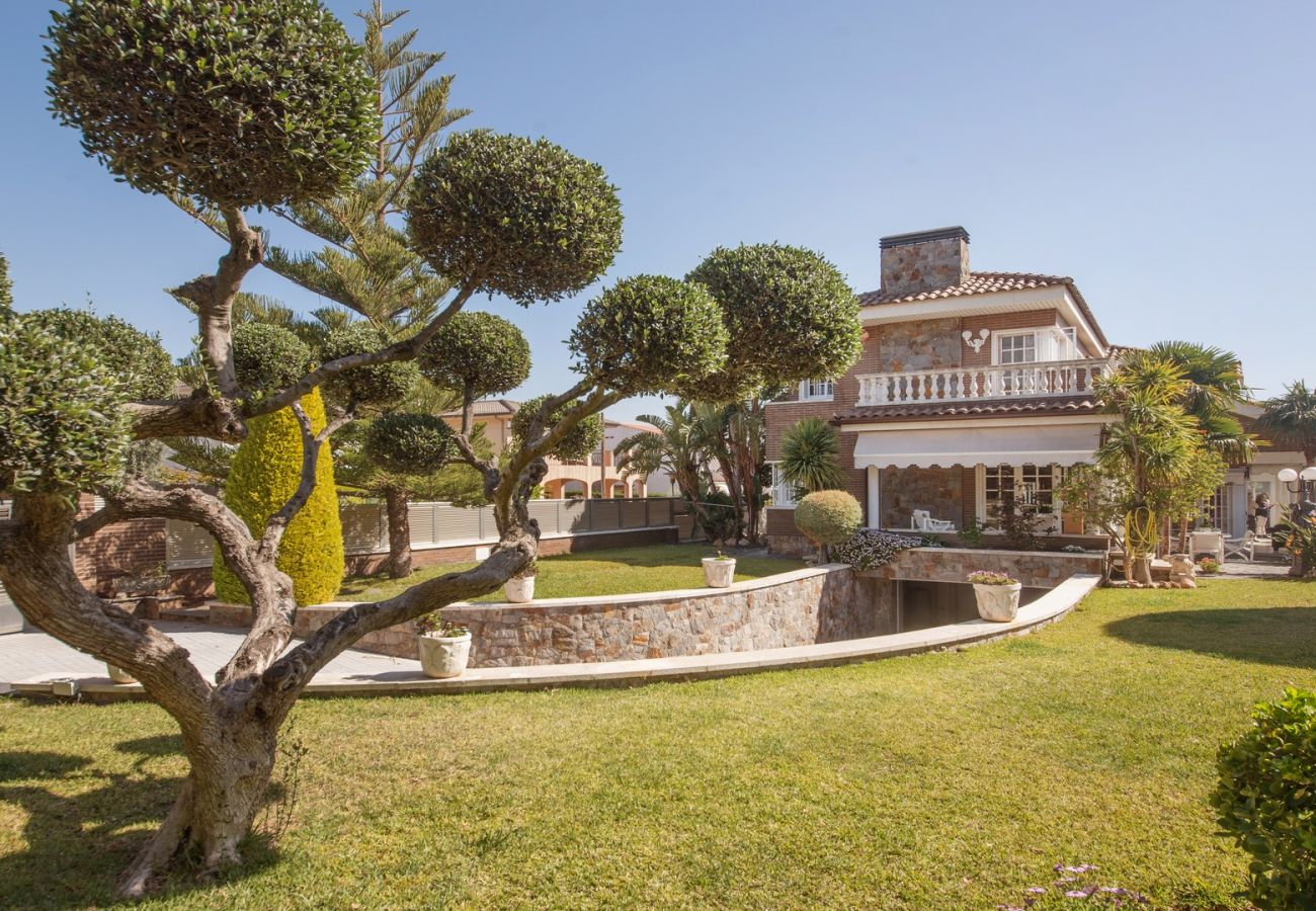 Villa in Calafell - R60 Magnificent house with pool and garden 800m from the Calafell beach