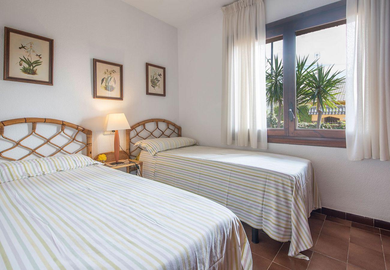 Villa à Segur de Calafell - R84 Villa avec piscine, tennis et jardin à 1 km de la plage