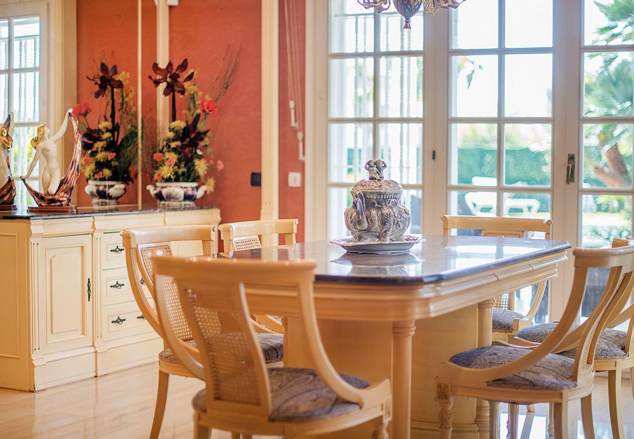 Villa à Calafell - R60 Magnifique maison avec piscine et jardin à 800m de la plage de Calafell