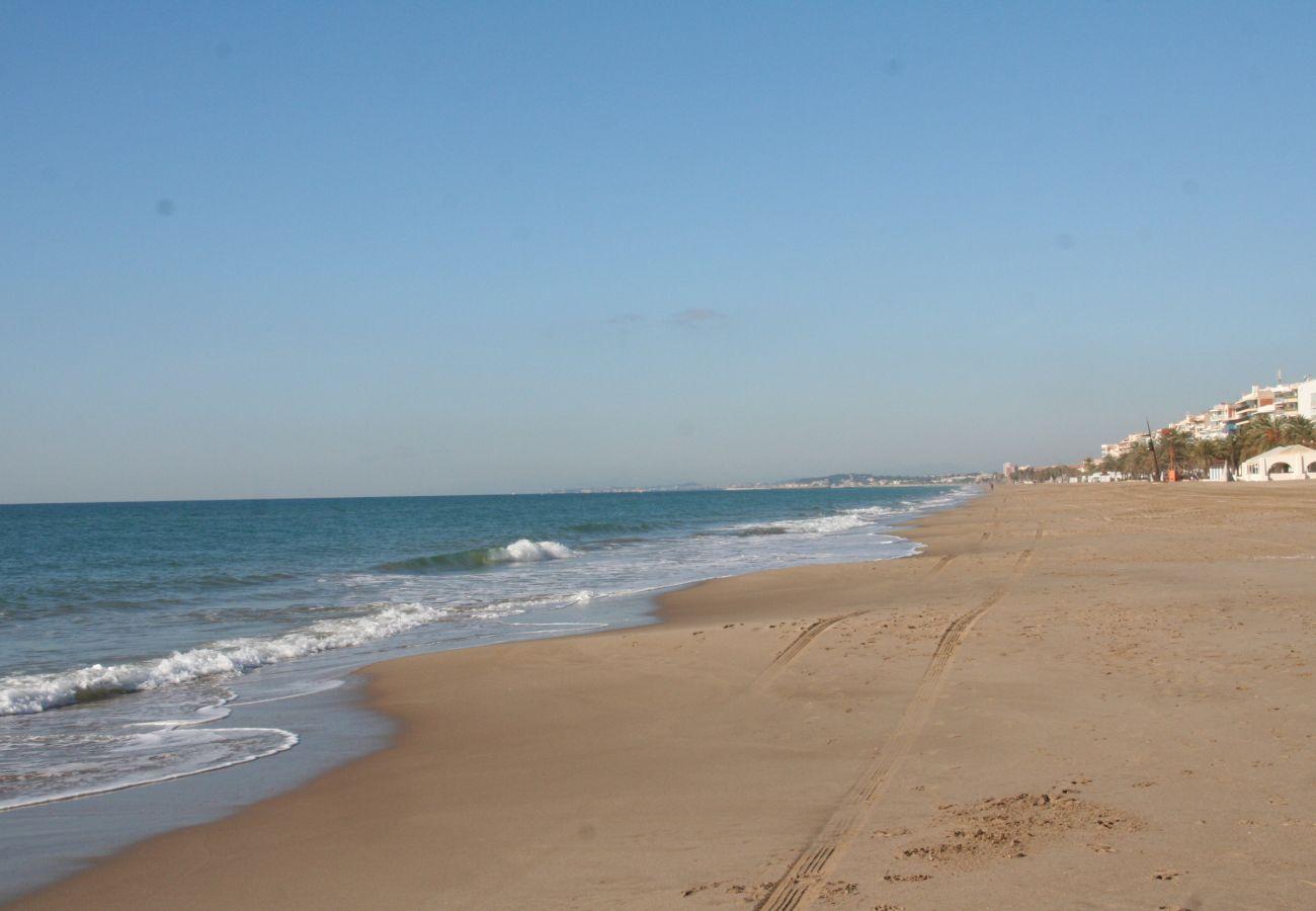 Таунхаус на Calafell - R22-1 Таунхаус с кондиционером и газоном  в 100 м от пляжа