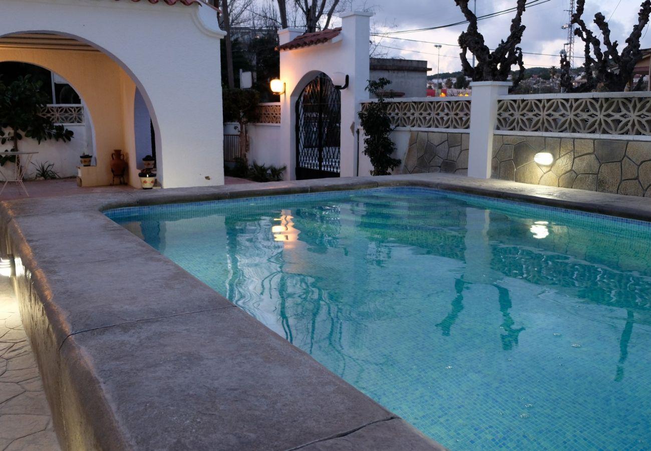 Вилла на Calafell - R94 Просторный одноэтажный дом с бассейном в 50 м от пляжа Калафель